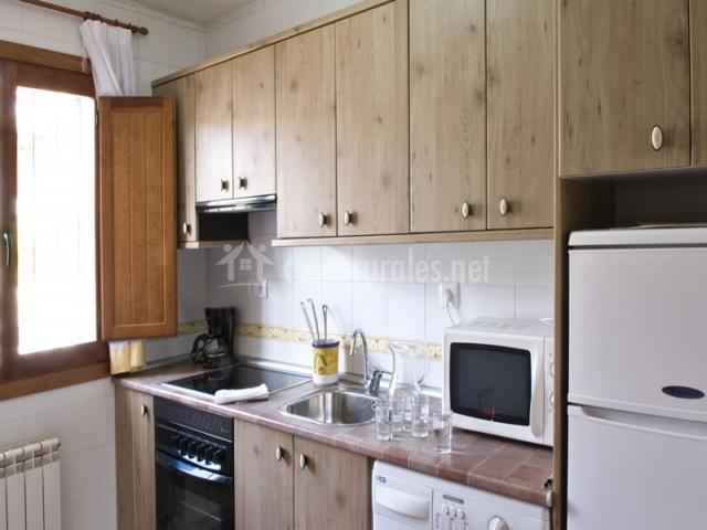 Cocina con lavadora y horno