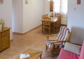Sala de estar con mesa de madera auxiliar