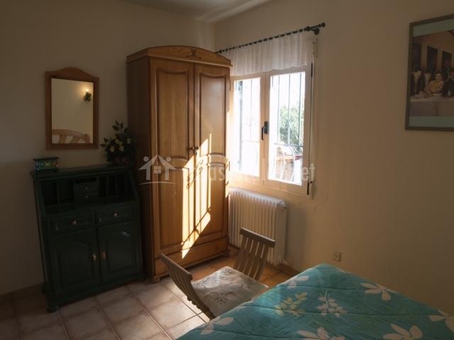 Habitación de matrimonio soleada con armario