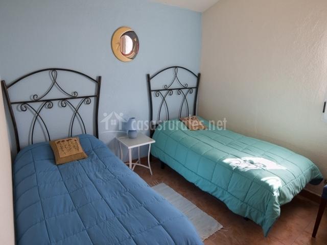 Habitación doble con camas separadas y altos cabeceros de diseño
