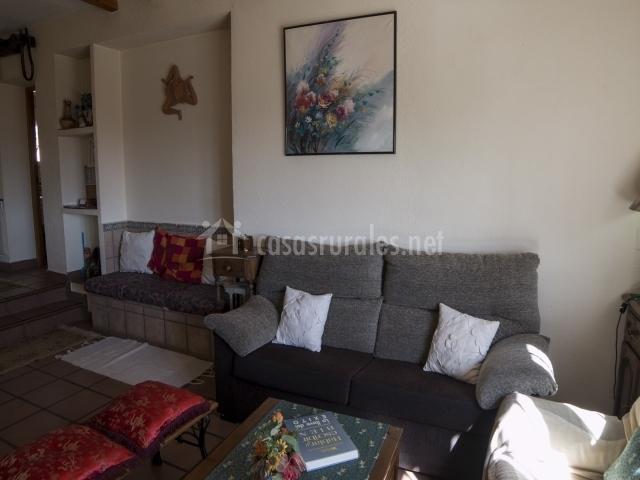 Salón equipado con confortables sofás