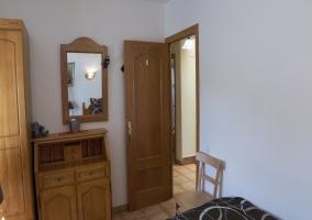 Muebles de madera en la habitación doble