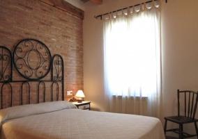 Dormitorio doble con pared de ladrillo visto