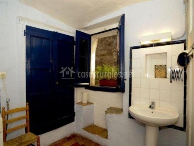 Aseo con puerta azul