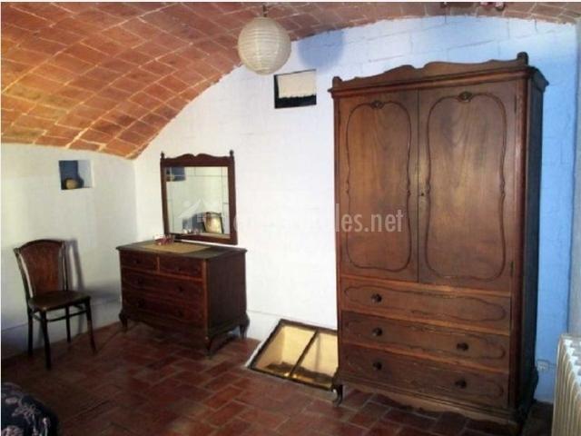Dormitorio de matrimonio con muebles rústicos