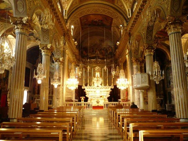 Interior de la iglesia del pueblo