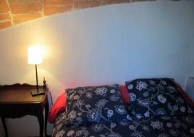Cojines y lamparilla de noche encendida
