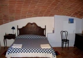 Dormitorio con techo abovedado