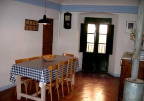 Mesa de comedor con puerta