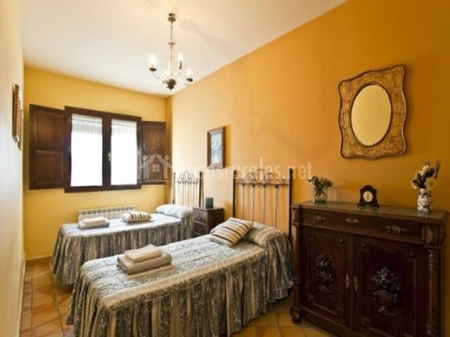 Casa coronazo en santa eulalia de gallego zaragoza for Color ocre paredes
