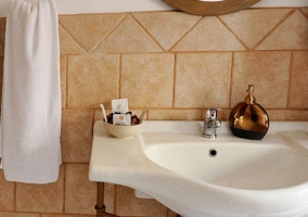 Baño con lavabo blanco y toalla