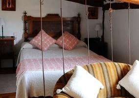 Habitación con cama de matrimonio y sofá