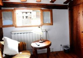 Sofá con mesa junto a la ventana