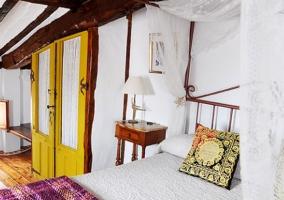 Habitación de puerta amarilla