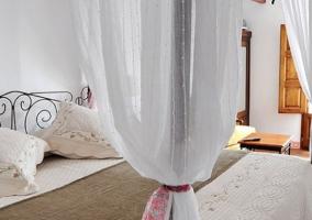 Cama de matrimonio con colcha blanca y marrón grisaceo