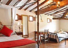 Habitación con cama de matrimonio y cama supletoria