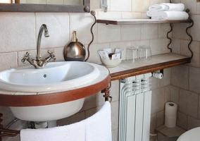 Baño de azulejos blancos