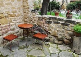 Mesa y sillas de madera en el jardín