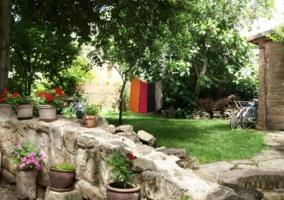 Jardín con muro de piedra