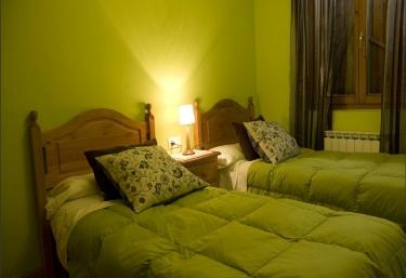 Habitación con camas individuales en madera