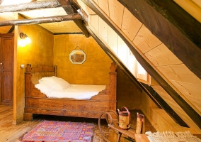 Amplio dormitorio con cama de matrimonio