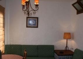 Sala de estar con sillones verdes