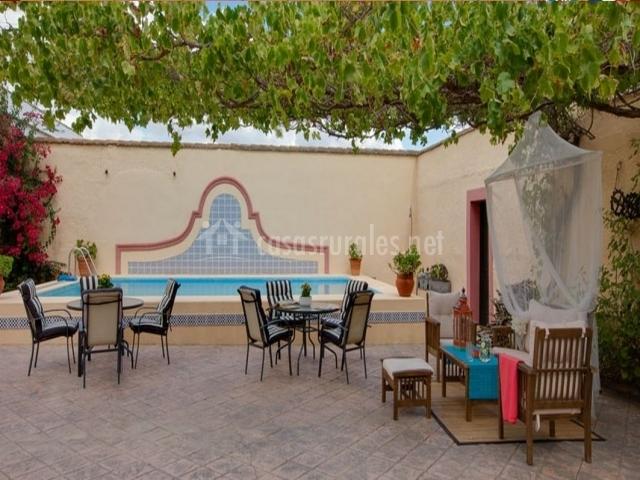 Casa rural cortijo la gabrielina en esparragalejo badajoz for Muebles piscina jardin