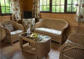 Salón con sofás de mimbre
