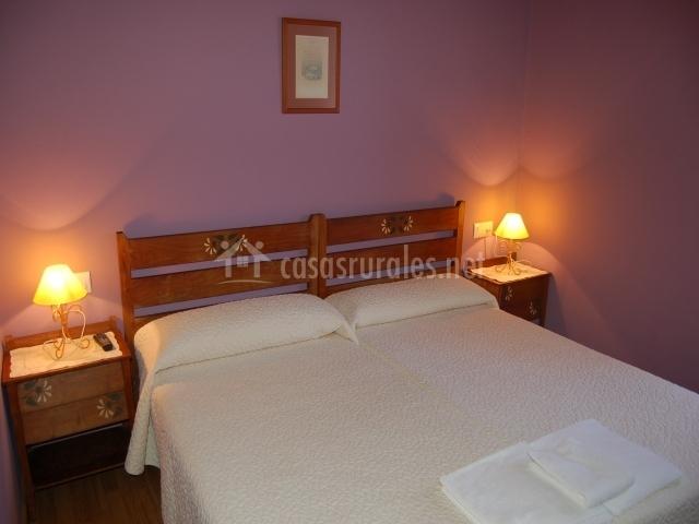 Dos camas individuales en habitación doble