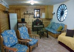 Salón decorado en madera y azul