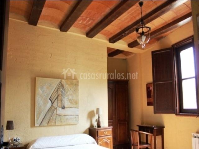 Habitación con vigas de madera y mobiliario
