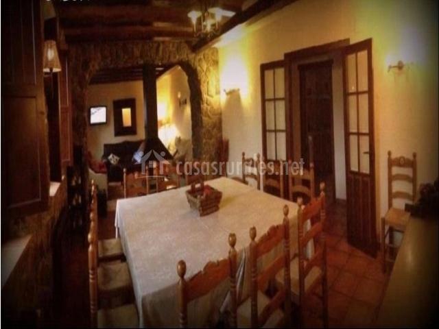 Vista del salón desde la zona izquiera con puertas abiertas y mesas y sillas