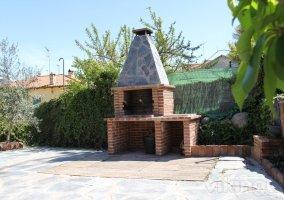 Barbacoa de ladrillo y piedra en el jardín de la Cerecera