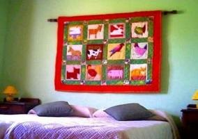 Dos camas y tela con animales
