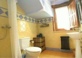 Azulejos azules y amarillos en el baño