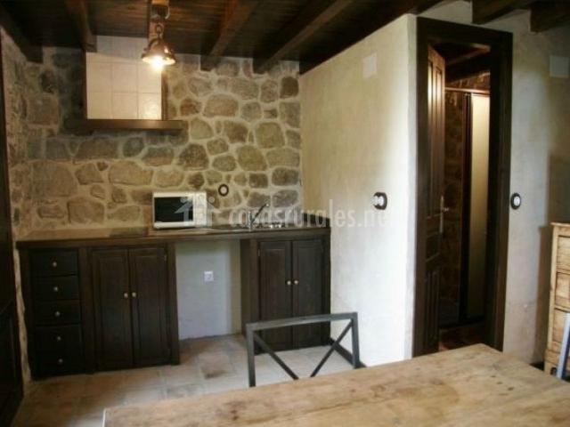 El rinc n del duende en pedro bernardo vila for Cocinas con pared de piedra