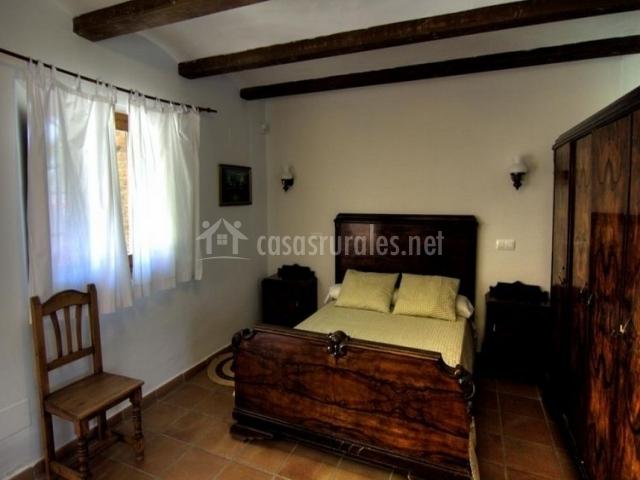Dormitorio de matrimonio con armario ropero