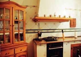 Cocina con horno de la casa rural