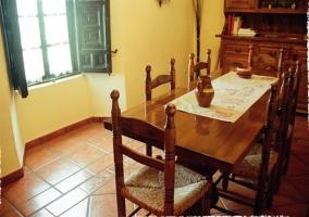 Comedor con mesa de madera de la casa rural