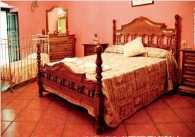 Dormitorio con cuna en la casa rural