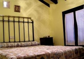 Dormitorio de matrimonio amarillo de la casa rural