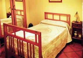 Dormitorio de matrimonio amarillo de madera de la casa rural