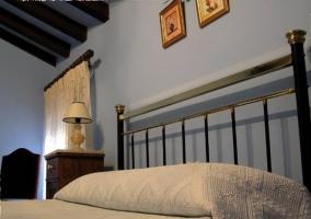 Dormitorio de matrimonio azul de la casa rural