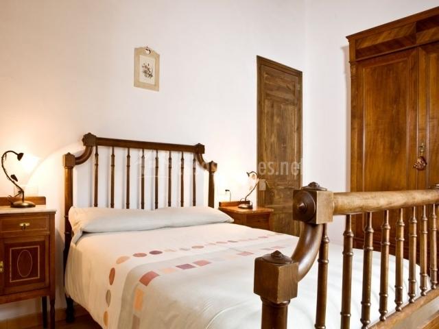 Ca l anneta paua casas rurales en l 39 armentera girona for Mobiliario dormitorio matrimonio