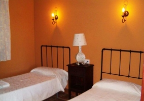 Salón con chimenea y dormitorio