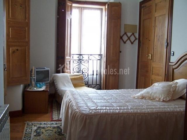 Dormitorio luminoso con balcón