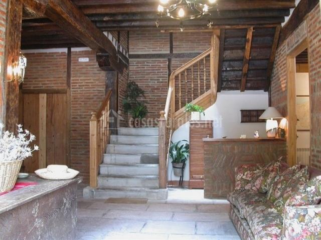 Recepción y al fondo escaleras de acceso a las habitaciones