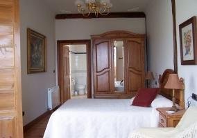 Dormitorio con armario al fondo