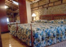 Dormitorio con dos camas grandes