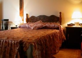 Dormitorio con romántico cabecero de madera